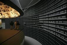 """<p>Foto de archivo de unos visitantes dentro del Museo Conmemorativo del Holocausto en Israel, 26 ene 2009. El Museo Conmemorativo del Holocausto en Israel dijo el lunes que rendiría honores al oficial del Ejército alemán que rescató a un judío polaco durante la Segunda Guerra Mundial, una historia documentada por el director Roman Polanski en la cinta """"The Pianist"""" del 2002. REUTERS/Ronen Zvulun</p>"""
