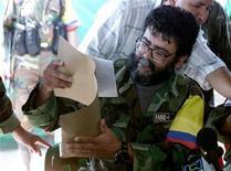 """<p>Foto de archivo del máximo líder de las izquierdistas Fuerzas Armadas Revolucionarias colombianas, Alfonso Cano, en San Vicente del Caguan, Colombia, 2 feb 2001. Las FARC lanzaron el Plan """"Renacer"""", una estrategia para aumentar sus ataques con el uso de minas, explosivos y francotiradores, en un intento por evitar una derrota militar y recuperar espacio político, reveló un informe de los servicios de inteligencia de Colombia. EA/MMR</p>"""