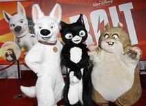 """<p>Los personajes de la película """"Bolt"""" posan para una fotografía durante el estreno de la cinta en Hollywod, 17 nov 2008. La cuarta película de animación tridimensional de Disney, """"Bolt"""", lideró la taquilla británica durante el fin de semana al obtener 2,8 millones de libras esterlinas, de acuerdo a cifras entregadas el martes por Screen International. REUTERS/Fred Prouser</p>"""