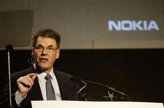 <p>El presidente y director ejecutivo de Nokia, Olli-Pekka Kallasvuo, habla durante el Congreso Mundial de Móviles de Barcelona, España, 17 feb 2009. Nokia, el principal fabricante de teléfonos móviles del mundo, dijo el martes que trabajará con QUALCOMM para desarrollar móviles en un acuerdo que supone una acercamiento adicional entre los antiguos rivales y podría impulsar a la firma finlandesa en Estados Unidos. REUTERS/Gustau Nacarino</p>