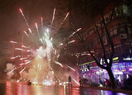 2009年1月29日,人们在上海街头燃放焰火。REUTERS/Nir Elias