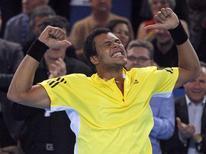 <p>Tenista francês Jo-Wilfried Tsonga celebra título do Aberto de Marselha, conquistado neste domingo, após vencer seu compatriota Michael Llodra. REUTERS/Jean-Paul Pelissier (FRANCE)</p>