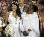 <p>Neguinho da Beija-Flor e sua esposa, Elaine Reis, se casam na Marques de Sapucaí antes de desfile da escola. REUTERS/Bruno Domingos</p>