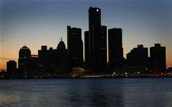 <p>The Detroit skyline is shown during Earth Hour across the river from Windsor, Ontario March 29, 2008. REUTERS/ Mike Cassese</p>