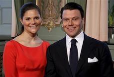 <p>Foto sin fechar de la princesa Victoria de Suecia y Daniel Westling en el Palacio Real de Estocolmo. Victoria, la princesa heredera de Suecia, se comprometió con su novio Daniel Westling, dueño de un gimnasio, anunció el martes la Casa Real. REUTERS/SCANPIX/Swedish Royal Court Handout</p>