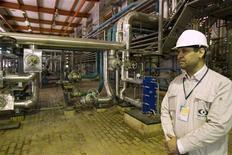 <p>Представитель службы безопасности находится на атомной станции в Бушере, 25 февраля 2009 года Иран не намерен прекращать программу по обогащению урана и планирует запустить 50.000 новых ядерных центрифуг в течение ближайших 5 лет, заявил в среду глава иранской Организации атомной энергии Голямреза Агазаде. REUTERS/Caren Firouz(IRAN)</p>