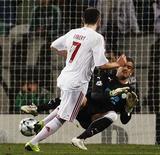 <p>Ribery, do Bayern de Munique, marca um dos gols da equipe na goleada de 5 x 0 sobre o Sporting, pela Liga dos Campeões, em Lisboa, na quarta-feira. REUTERS/Nacho Doce</p>