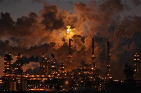 Petro-Canada's Edmonton Refinery and Distribution Centre glows at dusk in Edmonton February 15, 2009. Picture taken February 15, 2009. REUTERS/Dan Riedlhuber