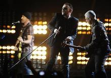 """<p>Foto de archivo del grupo irlandés U2 durante su presentación en los premios BRIT en Londres, 18 feb 2009. U2 lanzará el lunes su duodécimo disco de estudio, y mientras las reseñas son por lo general esperanzadoras los expertos critican que los papeles de su vocalista, Bono, como estrella de rock y """"salvador"""" de causas podrían entorpecer la música. REUTERS/Dylan Martinez</p>"""