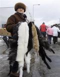 <p>A Polish woman holds animal skins at an open market in the town of Nowy Targ, some 400 km (250 miles) south of Warsaw February 28, 2009. REUTERS/Vasily Fedosenko</p>