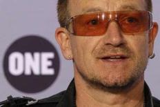 """<p>Лидер группы U2 выступает на пресс-конференции с отчетом за 2008 год год фонда DATA (Debt, AIDS, Trade, Africa)в Париже. 12июня, 2008. В понедельник на прилавках европейских магазинов появится 12-й по счету студийный альбом группы U2 под названием """"No Line On The Horizon"""", который, как надеются продюсеры, переломит нынешнюю тенденцию сокращения продаж музыки на традиционных носителях. REUTERS/Benoit Tessier (FRANCE)</p>"""