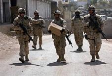 <p>Канадские солдаты патрулируют район Аргандаб провинции Кандагар 25 июня 2008 года. Канада не намерена увеличивать воинский контингент в Афганистане, пока не будет выработана внятная стратегия по разрешению ситуации в стране и выводу войск, сказал премьер- министр Канады Стивен Харпер. REUTERS/Omar Sobhani</p>