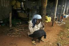 <p>A Nairobi. Deux tiers des abonnements à la téléphonie mobile à travers le monde sont souscrits dans les pays en voie de développement et l'Afrique, où un quart de la population possède désormais un combiné, connaît le plus fort taux de croissance, selon l'Union internationale des télécommunications, agence des Nations unies. /Photo d'archives/REUTERS/Zohra Bensemra</p>