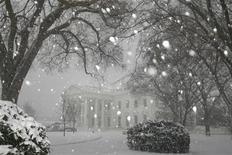 <p>Вид на Белый дом во время сильного снегопада в Вашингтоне 2 марта 2009 года. Сильные снегопады парализовали в понедельник восточную часть США, из-за чего авиарейсы в местных аэропортах были отменены, а административные учреждения начали свою работу позже, сообщила американская администрация. REUTERS/Jason Reed</p>