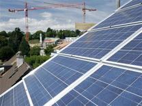 <p>Fotovoltaico,al via impianto più potente d'Italia ad Alessandria. Nell'immagine di archivio pannelli fotovoltaici in Svizzera REUTERS/Denis Balibouse</p>