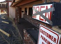 <p>Un bar chiuso in seguito alla crisi a Denver. REUTERS/Rick Wilking</p>