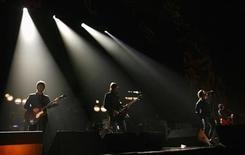 """<p>Foto de archivo del grupo Oasis durante su presentación en los premios BRIT en Londres, 14 feb 2007. - El grupo británico de rock Oasis dijo el lunes estar """"desconcertado"""" por la decisión del Gobierno chino de cancelar dos conciertos programados para abril en su territorio continental. REUTERS/Kieran Doherty</p>"""