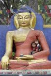 <p>Дети прячутся от дождя в статуе Будды в Катманду 20 мая 2008 года. Житель Японии Ицуо Абэ, дом которого был заполнен статуэтками Будды, признался полиции, что некоторые из них он украл из храмов города Киото, чтобы молиться, сообщили японские СМИ во вторник. REUTERS/Gopal Chitrakar</p>