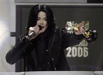"""<p>Arquivo de foto do pop star norte-americano Michael Jackson, recebendo prêmio no """"World Music Awards"""", em Londres, em 2006. REUTERS/Kieran Doherty (REINO UNIDO)</p>"""