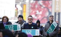 """<p>Los miembros del grupo U2 posan junto a letreros de calle con el nombre de su banda en Nueva York, 3 mar 2009. La banda irlandesa de rock U2 lanzó en 1987 el exitoso tema """"Where the streets have no name"""" (Donde las calles no tienen nombre), pero el alcalde de Nueva York, Michael Bloomberg, renombró el martes temporalmente una calle de Manhattan en su honor. REUTERS/Lucas Jackson</p>"""