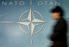 <p>Женщина проходит мимо логотипа НАТО на входе в штаб-квартиру альянса в Брюсселе 4 декабря 2003 года. Министры стран Организации Североатлантического договора (НАТО) на этой неделе, вероятно, попытаются восстановить взаимоотношения с Россией, когда будут обсуждать усложнившуюся обстановку в Афганистане во время визита в Европу госсекретаря США Хиллари Клинтон. REUTERS/Thierry Roge</p>