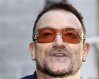 <p>El vocalista de U2, Bono, participa en una ceremonia en Nueva York en que una porción de la calle West 53rd Street fue nombrada como U2 Way en Nueva York, 3 mar 2009. U2 acaba de sacar su primer álbum desde 2004 esta semana, pero la banda de rock irlandesa ya planea una rápida continuación para el próximo año. REUTERS/Gary Hershorn</p>