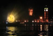 """<p>Un logo para promocionar la película """"The Watchmen"""" es proyectado sobre una pantalla fina de agua sobre el río Témesis en Londres, 4 mar 2009. Los superhéroes no son solamente personajes divertidos para las historietas de cómic y películas de acción. Sus poderes, y la manera en que deciden emplearlos, son tesoros filosóficos ocultos, y pocos de ellos son tan intensos y complicados como los protagonistas de """"Watchmen"""", producción que será lanzada esta semana en cines de todo el mundo. REUTERS/Luke MacGregor</p>"""