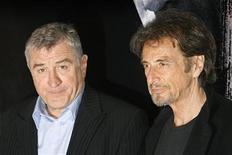 """<p>Foto de archivo de los actores Robert De Niro y Al Pacino en la promoción de su filme """"Righteous Kill"""" en Roma, 16 sep 2008. Los actores Robert De Niro y Al Pacino demandaron a una distribuidora de películas y a una empresa de relojes por unos anuncios del modelo Tutima que los relacionaba con la película """"Righteous Kill"""". REUTERS/Dario Pignatelli</p>"""