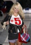 <p>Pamela Anderson presenta una prenda de Vivienne Westwood como parte de su colección otoño/invierno 2010 en París, 6 mar 2009. La actriz Pamela Anderson se contoneó por una pasarela el viernes frente un alegre público en París, mientras que la diseñadora Vivienne Westwood pidió a los amantes de la moda que lucharan contra la crisis económica sacándole el mayor partido a la ropa. REUTERS/Jacky Naegelen</p>
