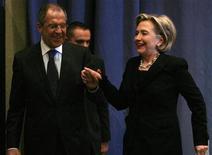 """<p>Министр иностранных дел России Сергей Лавров и госсекретарь США Хиллари Клинтон на пресс-конференции после встречи в Женеве 6 марта 2009 года. Госсекретарь США Хиллари Клинтон с одобрением отозвалась о новом старте российско-американских отношений, а министр иностранных дел России Сергей Лавров назвал """"прекрасными"""" отношения с Клинтон, после их первой встречи один на один в пятницу в Женеве. REUTERS/Arnd Wiegmann (SWITZERLAND</p>"""