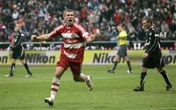 <p>Podolski, do Bayern de Munique, comemora gol contra o Hanover na briga pelo título do Campeonato Alemão. O Bayer derrotou o adversário por 5 x 1 e chegou à vice-liderança do torneio. REUTERS/Alexandra Beier</p>