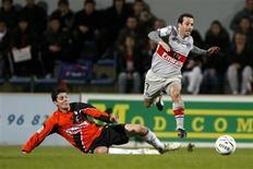 <p>Ludovic Giuly (direita), do Paris Saint Germain, disputa bola durante partida de sua equipe contra o Lorient, pelo Campeonato Francês. Giuly marcou o gol da vitória por 1 x 0, que colocou o PSG a um ponto do líder Lyon na tabela de classificação.REUTERS/Stephane Mahe (FRANCE SPORT SOCCER)</p>