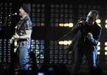 <p>Foto de archivo de la presentación de U2 durante los premios BRIT en Londrs, 18 feb 2009. El grupo irlandés U2 anunció el lunes oficialmente su gira mundial 2009-2010, que empezará en Barcelona el 30 de junio. REUTERS/Dylan Martinez</p>