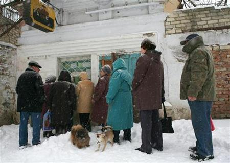 People queue to buy bread directly from the plant where it is produced in Russia's southern city of Stavropol, March 4, 2009. REUTERS/Eduard Korniyenko
