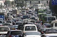 <p>Faire des embouteillages une source d'énergie : telle est l'idée de la firme israélienne Innowatech, qui compte convertir l'énergie mécanique en électricité à l'aide de dynamos placées sous les routes, les voies ferrées et autres pistes d'atterrissage. /Photo d'archives/REUTERS/China Daily</p>