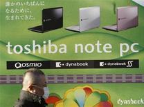 <p>Selon le quotidien financier Nikkei, Toshiba devrait parvenir à réaliser un bénéfice d'exploitation d'une centaine de milliards de yens (802 millions d'euros) au titre de son prochain exercice fiscal, clos fin mars 2010, grâce à des économies de coûts et à la croissance de son activité dans les infrastructures. /Photo prise le 13 janvier 2009/REUTERS/Kim Kyung-Hoon</p>