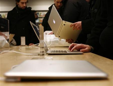 Customers try out the MacBook Air at the Apple Store in New York February 1, 2008. REUTERS/Shannon Stapleton