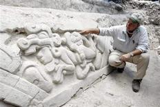 <p>Archeologist Richard Hansen explains the detail on one of two newly discovered Mayan panels in the northern Guatemalan Peten jungle March 7, 2009. REUTERS/Eduardo González SCSPR/Handout</p>