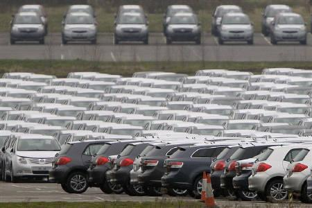 New cars are parked at Toyota's Burnaston plant near Derby, central England February 18, 2009.  Britain has received clearance from the European Commission to go ahead with its 2.3 billion pound ($3.18 billion) aid package to its ailing car industry and said it now welcomed applications for funds from manufacturers. REUTERS/Darren Staples