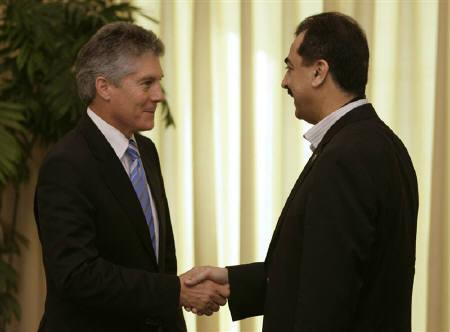 Australia's Foreign Minister Stephen Smith is seen with Pakistan's Prime Minister Yousaf Raza Gilani (R) in Islamabad in this February 17, 2009 file photo. REUTERS/Faisal Mahmood/Files