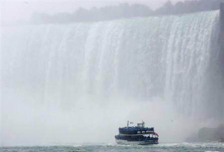 3月11日、ナイアガラの滝に飛び込んだ米国人男性が無事生還。2007年7月撮影(2009年 ロイター/Gary Cameron)