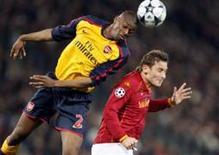 <p>Max Tonetto desperdiçou sua cobrança e o Arsenal derrotou a Roma por 7 x 6 nos pênaltis, conquistando a última vaga para as quartas-de-final da Liga dos Campeões, após o time italiano ter vencido o segundo jogo por 1 x 0. REUTERS/Giampiero Sposito (ITÁLIA)</p>