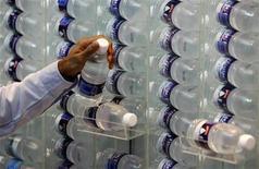 <p>Immagine d'archivio di bottigliette d'acqua minerale. REUTERS/Vivek Prakash (SINGAPORE)</p>