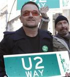 <p>Музыканты рок-группы U2 держат таблички с названием новой улицы в Нью-Йорке, 3 марта 2009 года Ирландская группа U2 в среду выступила для ограниченного числа своих поклонников в преддверии предстоящего мирового турне, при этом позволив зрителям задать несколько острых вопросов. REUTERS/Gary Hershorn (UNITED STATES)</p>