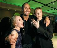 "<p>Dwayne Johnson posa con AnnaSophia Robb y Alexander Ludwig en una fiesta después del estreno de ""Race to Witch Mountain"" en Hollywood, 11 mar 2009. La película familiar de aventuras de Disney ""Race to Witch Mountain"" superó a la película de superhéroes ""Watchmen"" en el primer lugar de la taquilla de Estados Unidos y Canadá, con 25 millones de dólares de recaudación este fin de semana. REUTERS/Mario Anzuoni</p>"