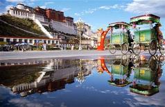 <p>Дворец Потала в городе Лхаса, Тибет, 5 октября 2005 года. Китай решил придать новый облик высокогорной столице Тибета городу Лхаса, а также ограничить численность его населения. REUTERS/China Newsphoto</p>