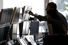 <p>Trader al lavoro. REUTERS/Charles Platiau</p>