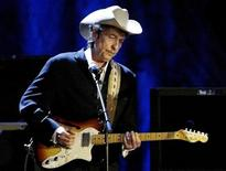 <p>Bob Dylan toca em show no Wiltern Theatre, em Los Angeles. 5/5/2004 REUTERS/Rob Galbraith</p>