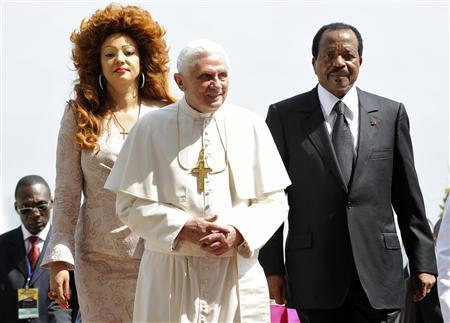 Pope Benedict XVI (C) arrives to meet President of Cameroon Paul Biya and his wife Chantal (L) at Unity Palace in Yaounde March 18, 2009. REUTERS/Alessandro Bianchi