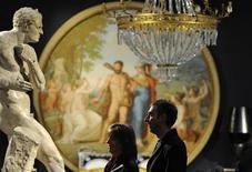 <p>Personas observan piezas de arte de la propiedad del fallecido diseñador Gianni Versace en Sotheby's, en Londres, 18 mar 2009. Sotheby's retiró el miércoles un retrato considerado una pieza atractiva de una subasta con objetos de la residencia en el Lago Como del fallecido diseñador italiano Gianni Versace, porque sospecha que la pintura es robada. REUTERS/Toby Melville</p>